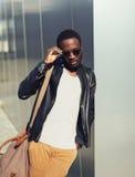 Фасонируйте портрет солнечных очков элегантного молодого африканского человека нося стоковое фото