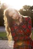 Фасонируйте портрет стильной модели в платье представляя в городе на стоковые фотографии rf