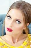 Фасонируйте портрет стиля красивой девушки в интерьере Стоковое фото RF