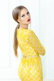 Фасонируйте портрет стиля красивой девушки в интерьере Стоковое Фото