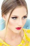 Фасонируйте портрет стиля красивой девушки в интерьере Стоковая Фотография RF