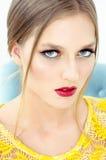 Фасонируйте портрет стиля красивой девушки в интерьере Стоковые Изображения RF