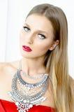 Фасонируйте портрет стиля красивой девушки в интерьере Стоковая Фотография
