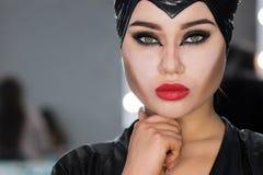 Фасонируйте портрет студии искусства красивой элегантной женщины в черном turtleneck Волосы собраны в высоком луче Элегантный сти стоковые фото