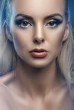 Фасонируйте портрет студии молодой красивой женщины на темной предпосылке Стоковые Изображения