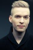 Фасонируйте портрет усмехаясь элегантного молодого и красивого человека Стоковая Фотография RF