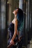 Фасонируйте портрет шикарной девушки с волосами покрашенными синью длиной Красивое платье коктеиля вечера стоковая фотография