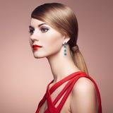 Фасонируйте портрет элегантной женщины с пышными волосами Стоковое Фото
