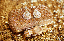 Фасонируйте серьги диаманта и золотые наручные часы, accessori женщин Стоковое Фото