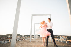 Фасонируйте симпатичных красивых пар представляя на крыше с предпосылкой города Молодой человек и чувственное белокурое внешнее l Стоковые Фото