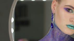 фасонируйте состав Женщина с красочным искусством состава и тела сток-видео