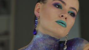 фасонируйте состав Женщина с красочным искусством состава и тела видеоматериал