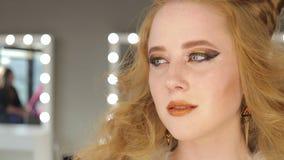 фасонируйте состав Женщина с красочным искусством состава и тела акции видеоматериалы