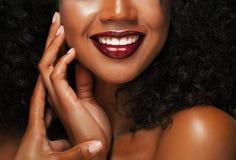 фасонируйте состав Конец-вверх молодой женщины афроамериканца губ Стоковое Фото