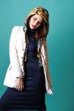 Фасонируйте съемку женщины в белом пальто, голубых drees в студии на зеленой предпосылке Стоковые Фотографии RF