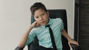 Фасонируйте съемку молодого человека в свитере акции видеоматериалы