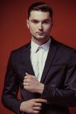 Фасонируйте съемку элегантного молодого красивого человека в классическом черном костюме, Стоковое фото RF