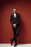 Фасонируйте съемку элегантного молодого красивого человека в классическом черном костюме, Стоковые Изображения