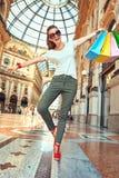 Фасонируйте торговца при хозяйственные сумки имея время потехи в Galleria стоковое изображение