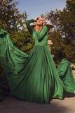 Фасонируйте фото красивой белокурой девушки в элегантном платье Стоковые Изображения RF