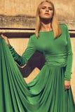 Фасонируйте фото красивой белокурой девушки в элегантном платье Стоковое Изображение RF