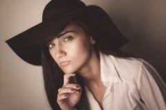 Фасонируйте фото красивой дамы в элегантной черной шляпе и белом s Стоковое фото RF