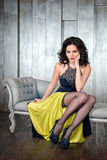 Фасонируйте фото красивой дамы в элегантном платье вечера с ярким составом с красными губами и hairstyling в минималистском Стоковая Фотография