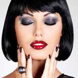 Фасонируйте фото красивой женщины брюнет с стилем причёсок съемки Стоковые Изображения RF