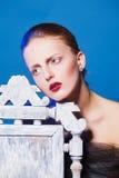 Фасонируйте фото красивой женщины с белым стулом стоковые фотографии rf