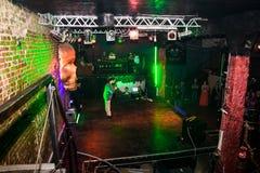 Фасонируйте хаос искусства представления в черноте Розе ночного клуба в Kirov Стоковое Фото