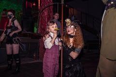 Фасонируйте хаос искусства представления в черноте Розе ночного клуба в Kirov Стоковые Фотографии RF