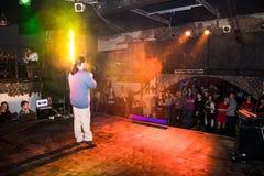 Фасонируйте хаос искусства представления в черноте Розе ночного клуба в Kirov Стоковая Фотография RF