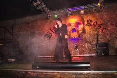 Фасонируйте хаос искусства представления в черноте Розе ночного клуба в Kirov Стоковые Изображения