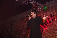 Фасонируйте хаос искусства представления в черноте Розе ночного клуба в Kirov Стоковые Фото