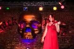 Фасонируйте хаос искусства представления в черноте Розе ночного клуба в Kirov Стоковое Изображение RF