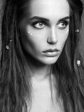 Фасонируйте черно-белый портрет красивой девушки с стилем причёсок dreadlocks Стоковые Фото