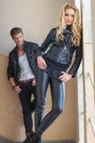 Фасонируйте человека и женщины в кожаный представлять одежд Стоковое фото RF