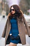 Фасонируйте Outdoors сексуальную молодую женщину очарования с шикарный длинный носить девушки брюнет темных волос красивый молодо Стоковая Фотография RF
