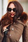 Фасонируйте Outdoors сексуальную молодую женщину очарования с шикарный длинный носить девушки брюнет темных волос красивый молодо Стоковая Фотография