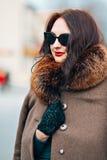 Фасонируйте Outdoors сексуальную молодую женщину очарования с шикарный длинный носить девушки брюнет темных волос красивый молодо Стоковые Изображения