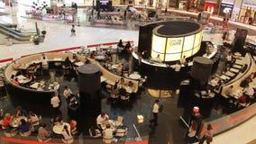 Фасонируйте ` s Armani Дубай Caffe Giorgio Armani кочки в моле Дубай сток-видео