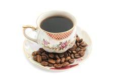 Фасоли и кружка кофе на белизне Стоковые Изображения