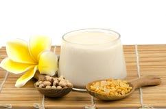 Фасоли и соевое молоко сои в стекле. (Глицин максимальное (L.) Merr.) Стоковые Фото