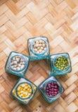 Фасоли и чечевицы разнообразия на плетеной циновке Стоковая Фотография