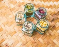 Фасоли и чечевицы разнообразия на плетеной циновке II Стоковая Фотография
