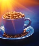 Фасоли кофе в чашке и на stile instagram sauser Стоковые Фото