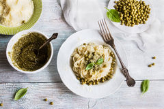 Фасоли спагетти макаронных изделий зеленые, pesto соуса, пармезан, свежий базилик Винтажные плиты, деревянный стол, взгляд сверху Стоковая Фотография