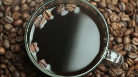 Фасоли чашки кофе зажаренные в духовке внутри сток-видео