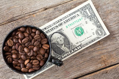 Фасоли чашки кофе на банкноте доллара Стоковое Фото