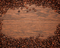 Фасоли эспрессо на текстуре дуба стоковое изображение rf